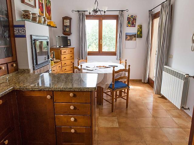Salón-comedor de preciosa casa de campo en venta en Manacor, Mallorca