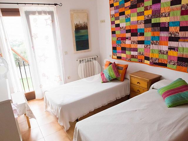 Dormitorio con dos camas de preciosa casa de campo en venta en Manacor, Mallorca