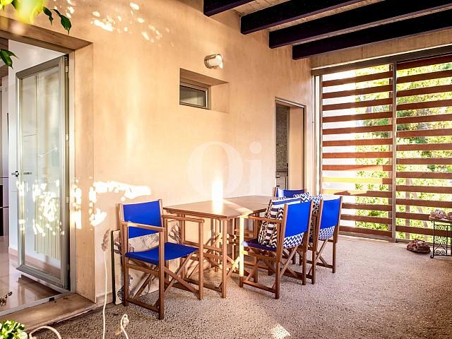 Comedor de verano de moderna villa en venta en Artá, Mallorca