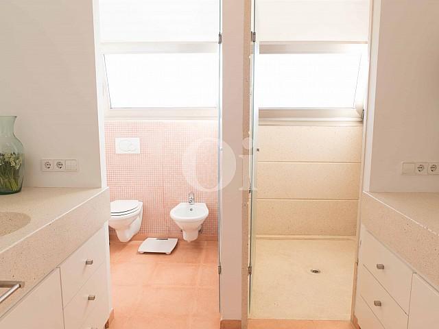 Baño con ducha de moderna villa en venta en Artá, Mallorca