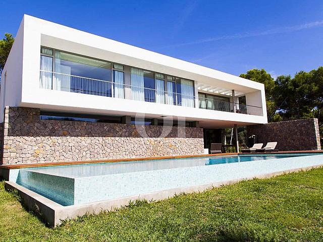 Vistas de impresionante casa minimalista en venta en Cala Ratjada, Mallorca