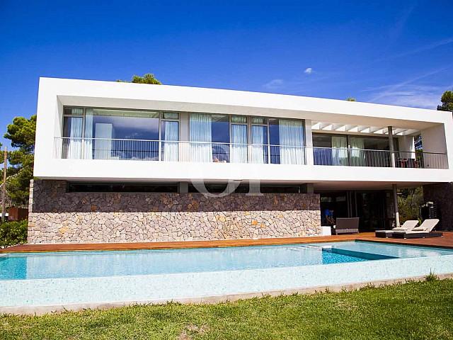 Fachadas de impresionante casa minimalista en venta en Cala Ratjada, Mallorca