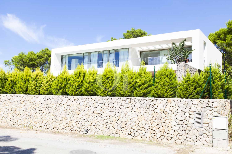 Alrededoress de impresionante casa minimalista en venta en Cala Ratjada, Mallorca
