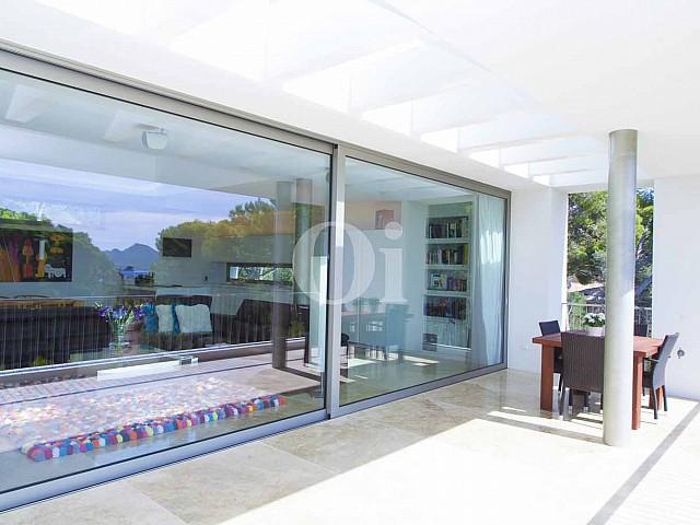 Terrazas de impresionante casa minimalista en venta en Cala Ratjada, Mallorca