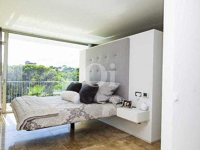 Habitación de matrimonios de impresionante casa minimalista en venta en Cala Ratjada, Mallorca
