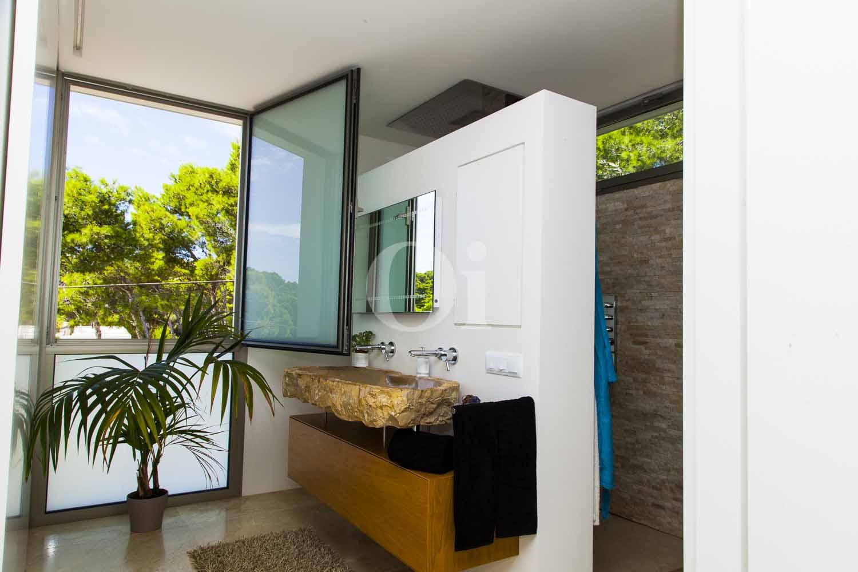 Baño con duchas de impresionante casa minimalista en venta en Cala Ratjada, Mallorca