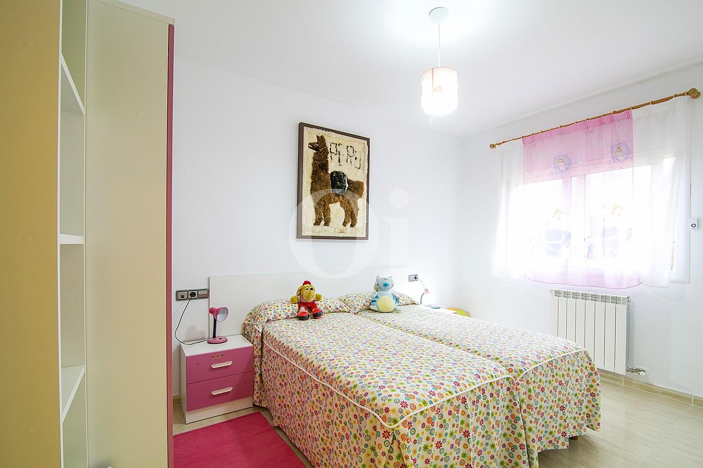 Dormitorio con dos camas de casa en venta con vistas al mar en Lloret de Mar, Costa Brava
