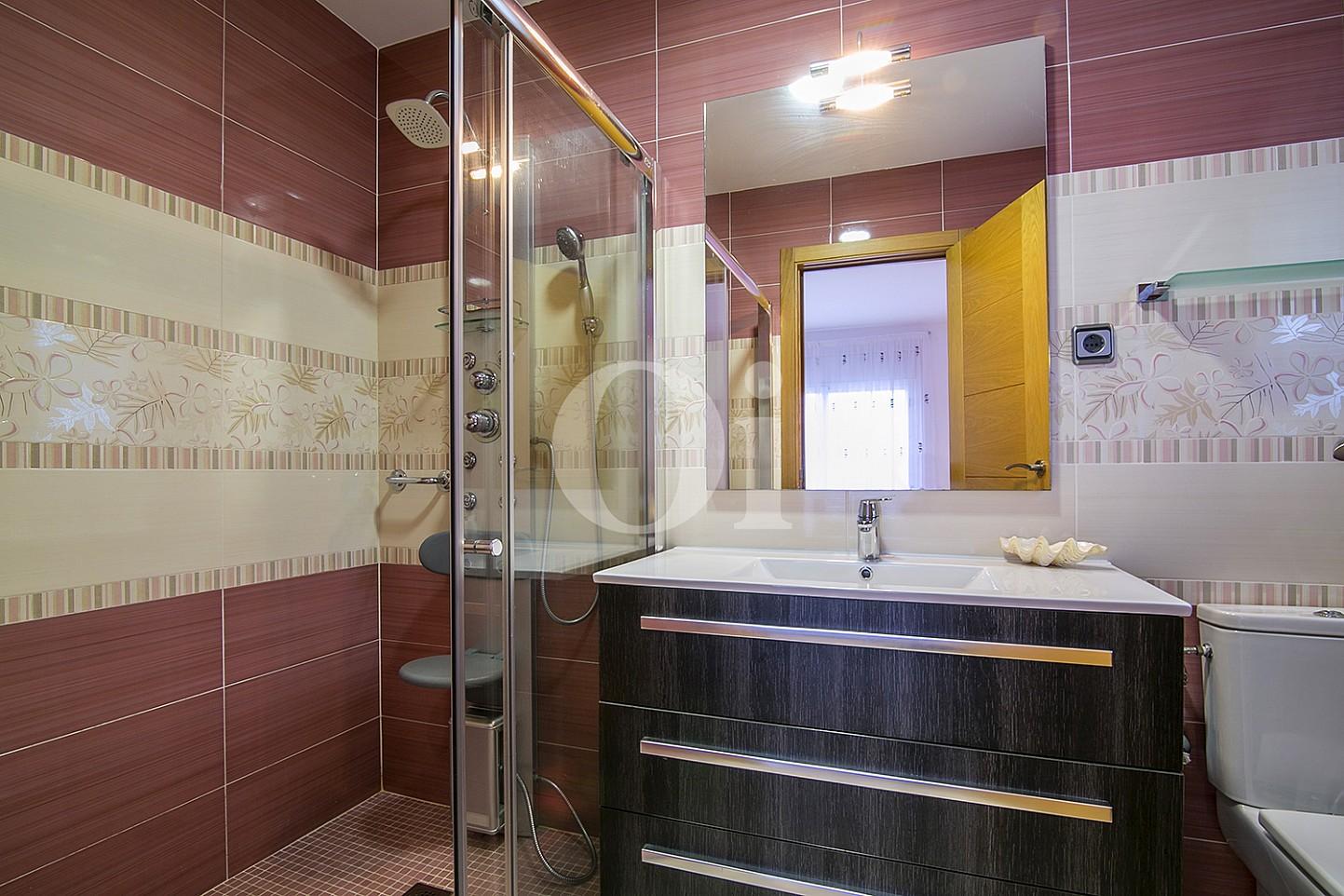 Baño con ducha de casa en venta con vistas al mar en Lloret de Mar, Costa Brava