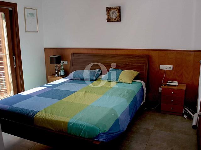 Одна из спальных комнат в превосходном доме на продажу на Ибице
