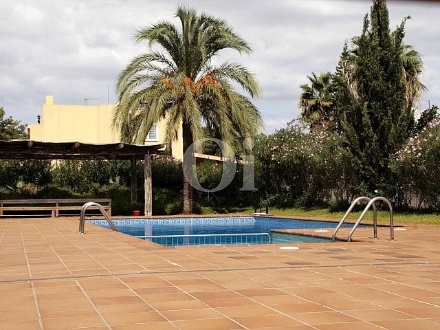 Piscina en fantástica adosada en venta en Ibiza