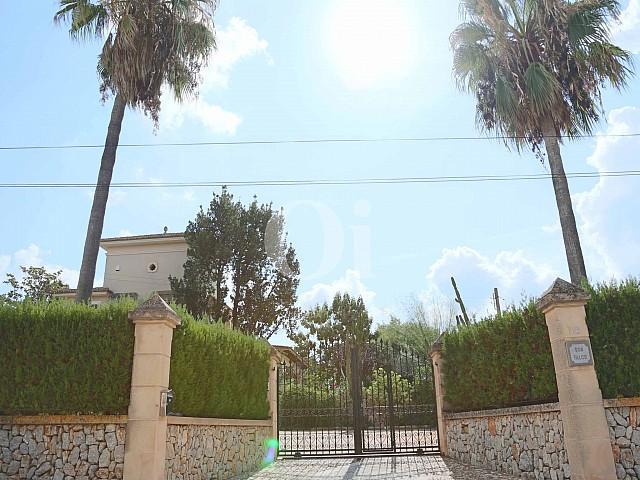 Entrada d'una vila luxosa n venda a Sant Llorenç, Mallorca