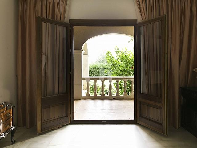Habitació amb accés a l'exterior d'una vila luxosa n venda a Sant Llorenç, Mallorca