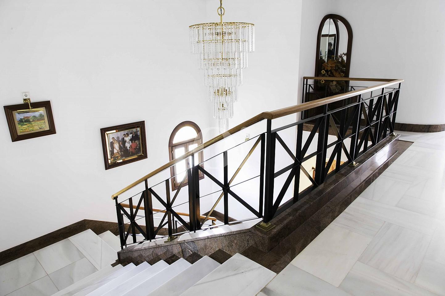 Treppe zum unteren Stock einer luxuriösen Villa zum Verkauf in San Lorenzo, Mallorca