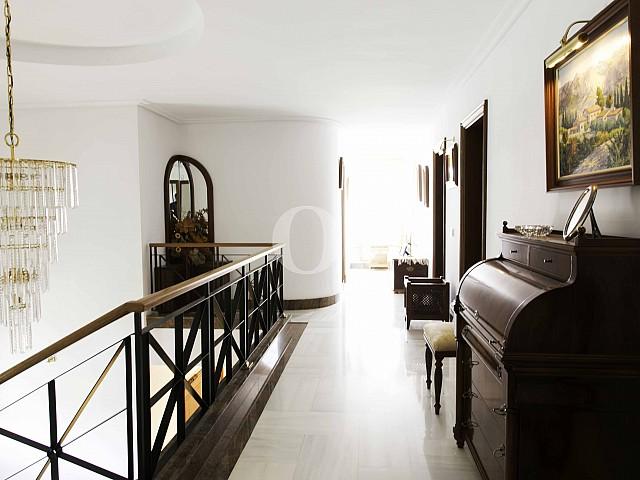 Flur im oberen Stock einer luxuriösen Villa zum Verkauf in San Lorenzo, Mallorca