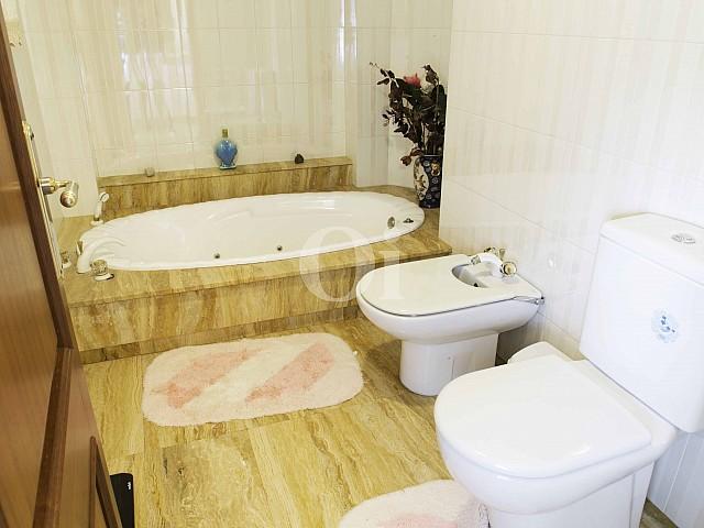 Baño con bañera de lujosa villa en venta en San Lorenzo, Mallorca