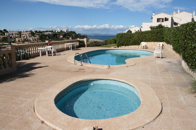 Piscina comunitaria de casa en venta en Mallorca con preciosas vistas