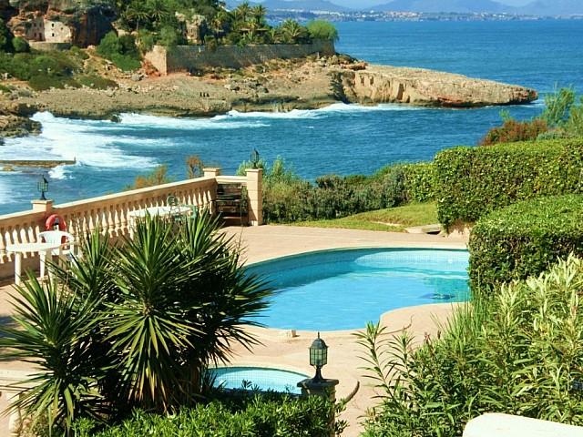 Anblicke auf den Swimming-Pool und das Meer eines Reihenhauses zum Verkauf in Cala Murada, Mallorca