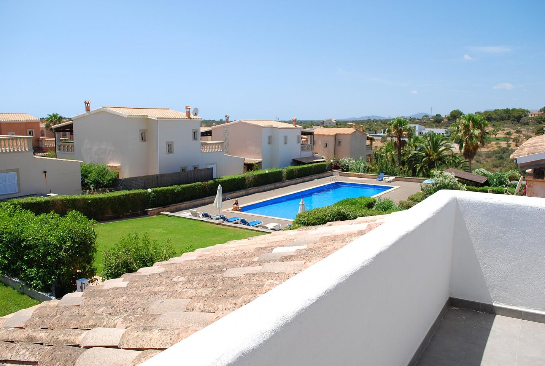 Piscina comunitaria de chalet en venta en zona residencial junto a cala Mendia, Mallorca
