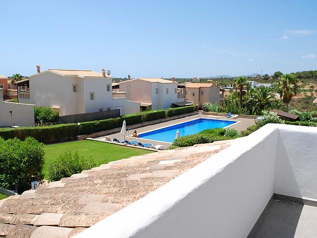 Gemeinschaftlicher Swimming-Pool einer umgestalteten Villa neben Cala Mendia, Palma de Mallorca