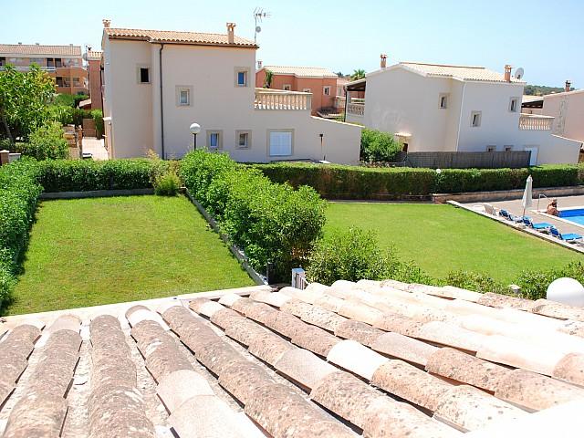 Gemeinschaftlicher Grünfläche einer umgestalteten Villa neben Cala Mendia, Palma de Mallorca