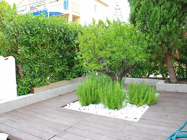 Gemeinschaftliche Grünfläche einer umgestalteten Villa neben Cala Mendia, Palma de Mallorca