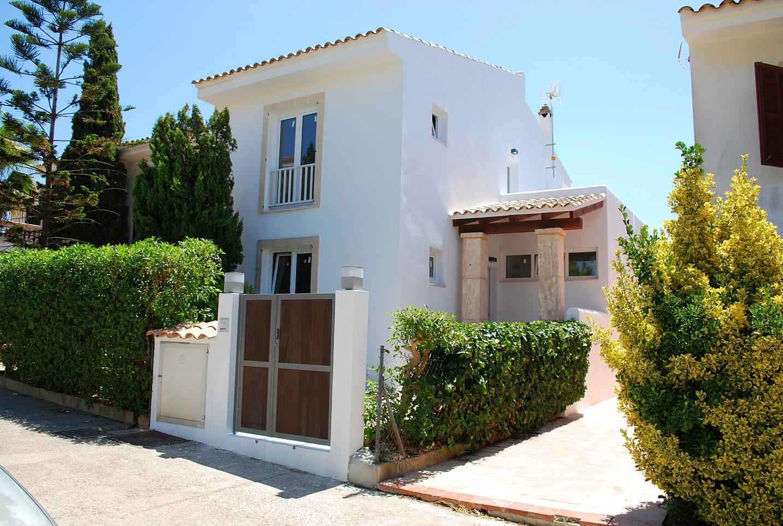 Fachada de chalet en venta en zona residencial junto a cala Mendia, Mallorca