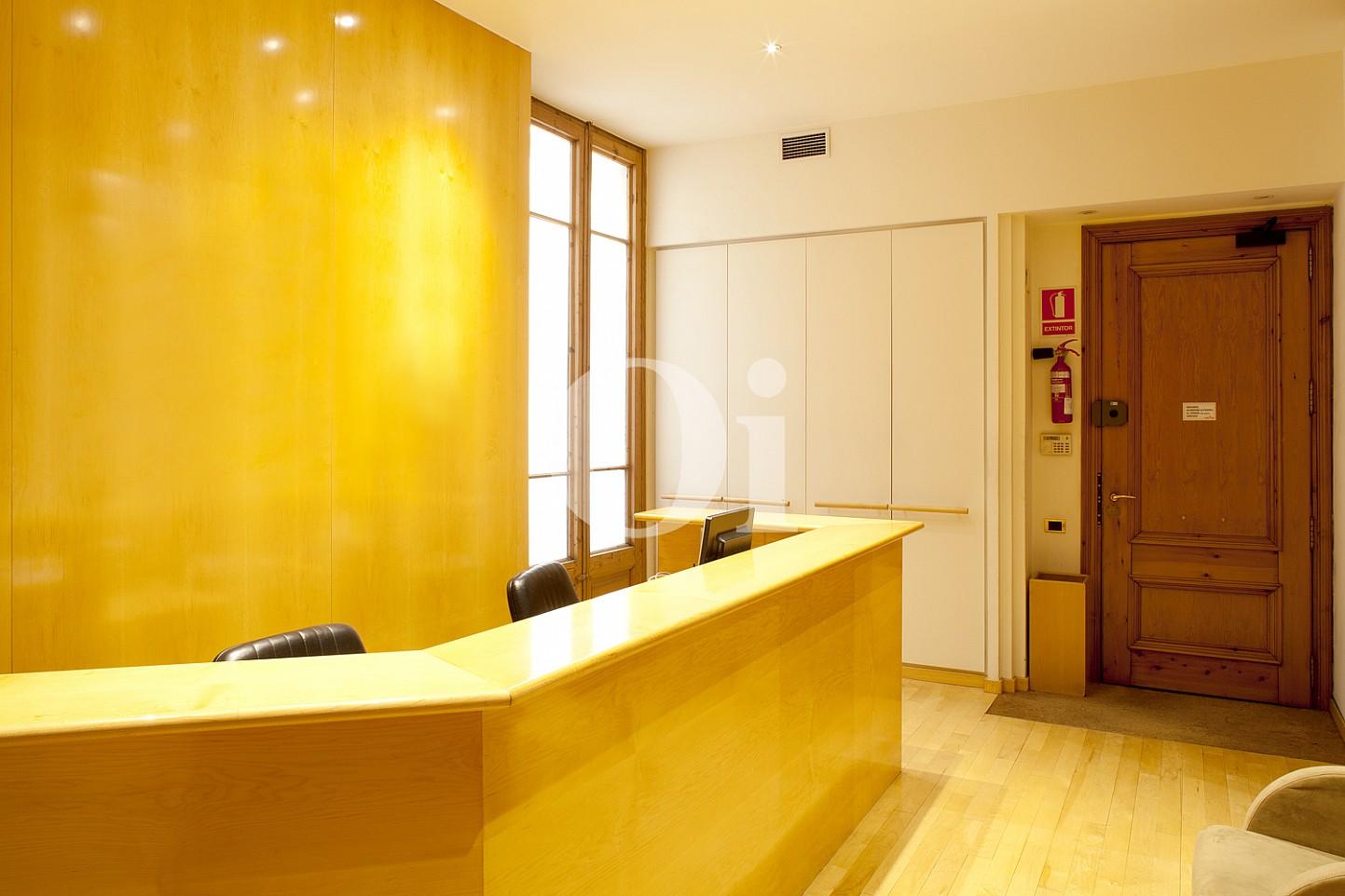 Rezeption einer eleganten Wohnung zum Verkauf in Barcelona, neben Paseo de Gracia.