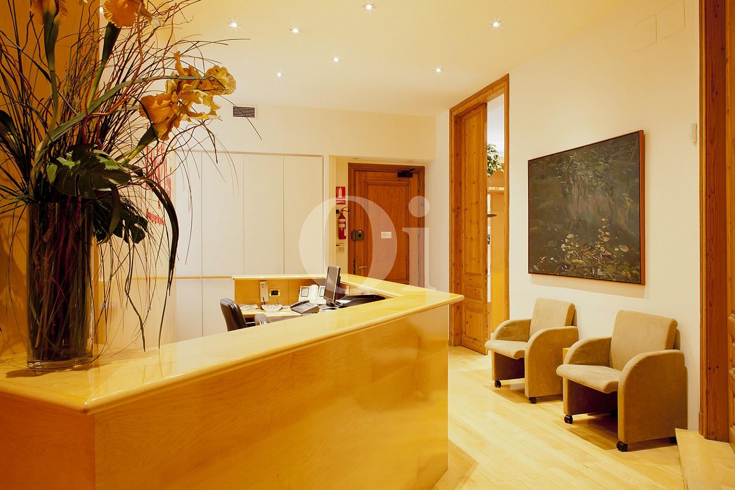 Sala de estar de elegante propiedad en venta en Barcelona junto al Paseo de Gracia