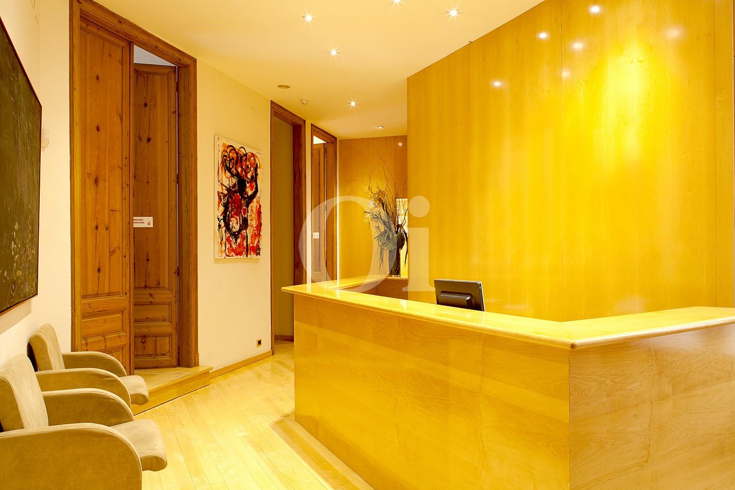 Recibidor de elegante propiedad en venta en Barcelona junto al Paseo de Gracia