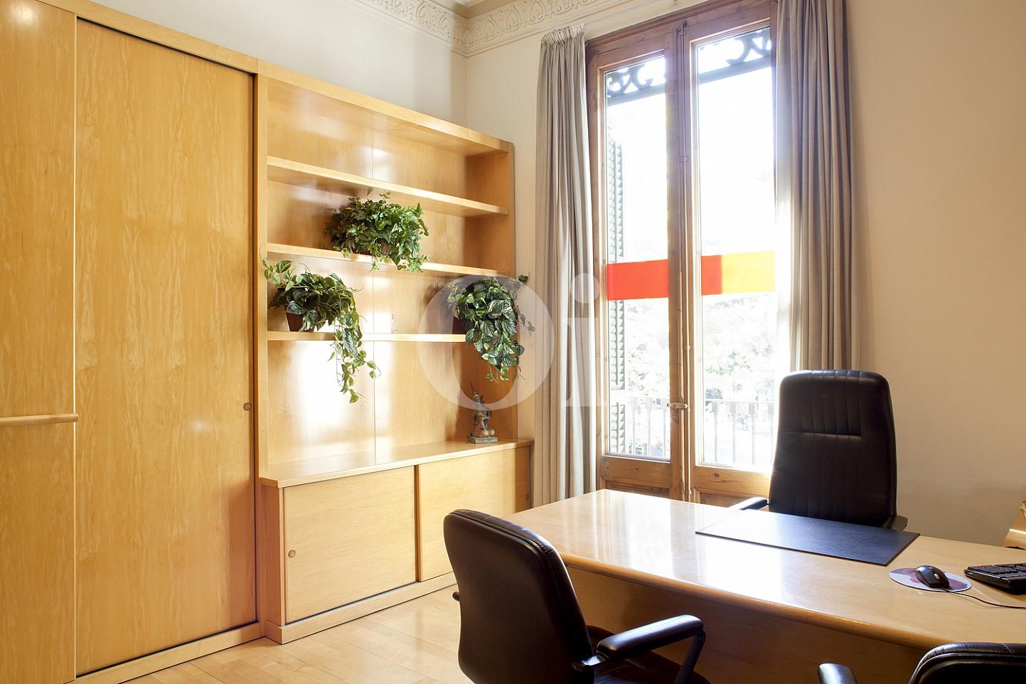 Arbeitszimmer  einer eleganten Wohnung zum Verkauf in Barcelona, neben Paseo de Gracia.
