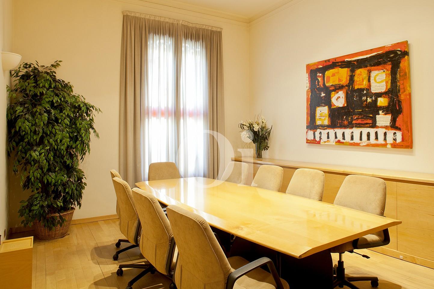 Sala de conferències  d'un elegant pis en venda a Barcelona, al costat de Passeig de Gràcia