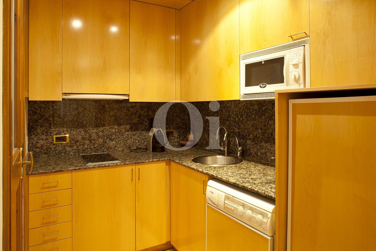 Küche  einer eleganten Wohnung zum Verkauf in Barcelona, neben Paseo de Gracia.