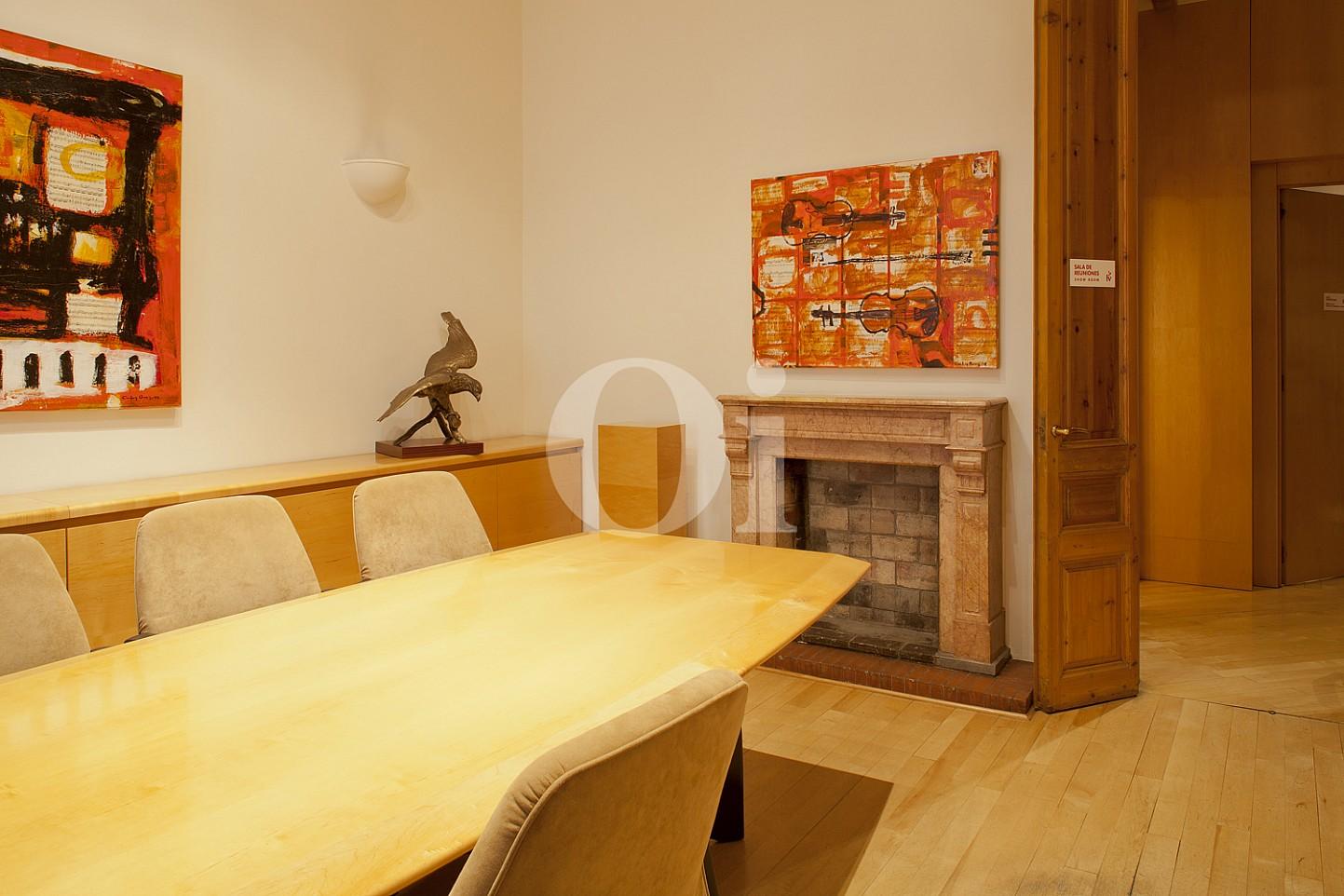 Besprechungsraum  einer eleganten Wohnung zum Verkauf in Barcelona, neben Paseo de Gracia.