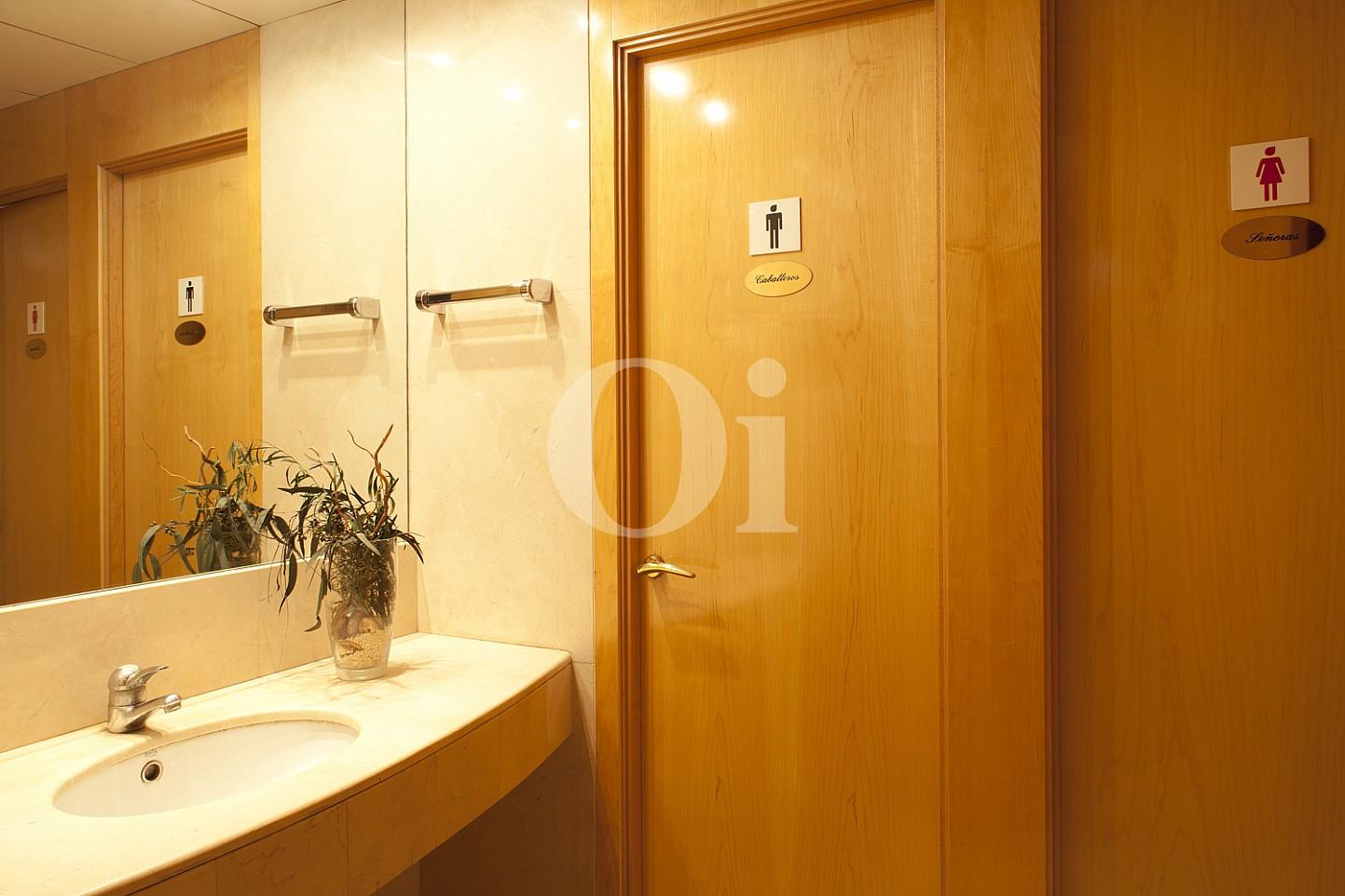 Badezimmer  einer eleganten Wohnung zum Verkauf in Barcelona, neben Paseo de Gracia.