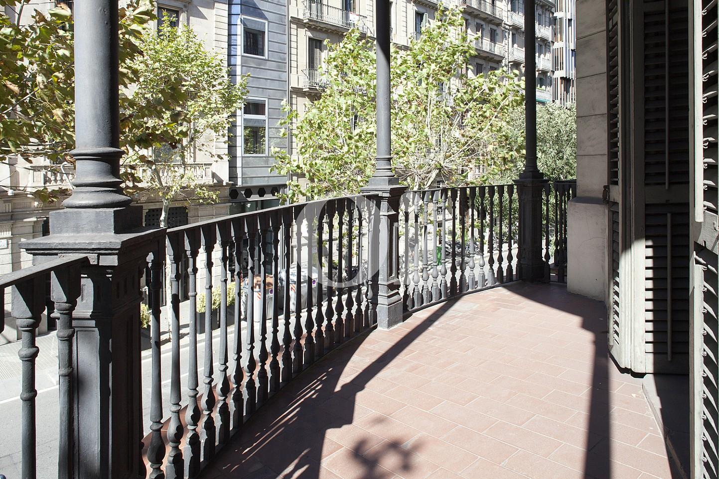Balkon einer eleganten Wohnung zum Verkauf in Barcelona, neben Paseo de Gracia.