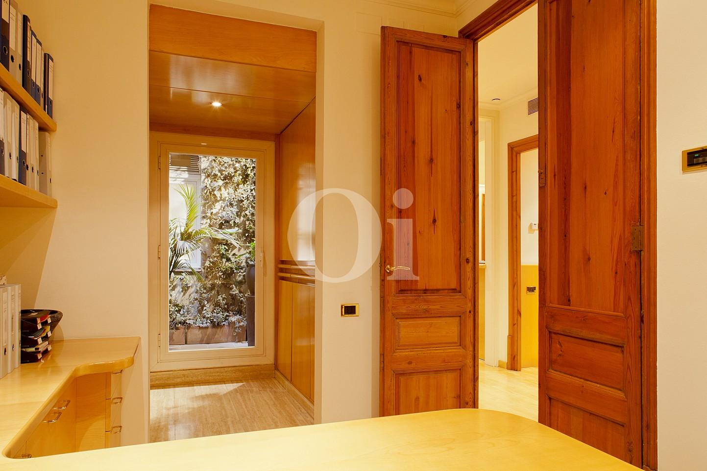 Zugang zum Arbeitszimmer einer Wohnung zum Verkauf im Viertel Eixample Derecho Barcelonas
