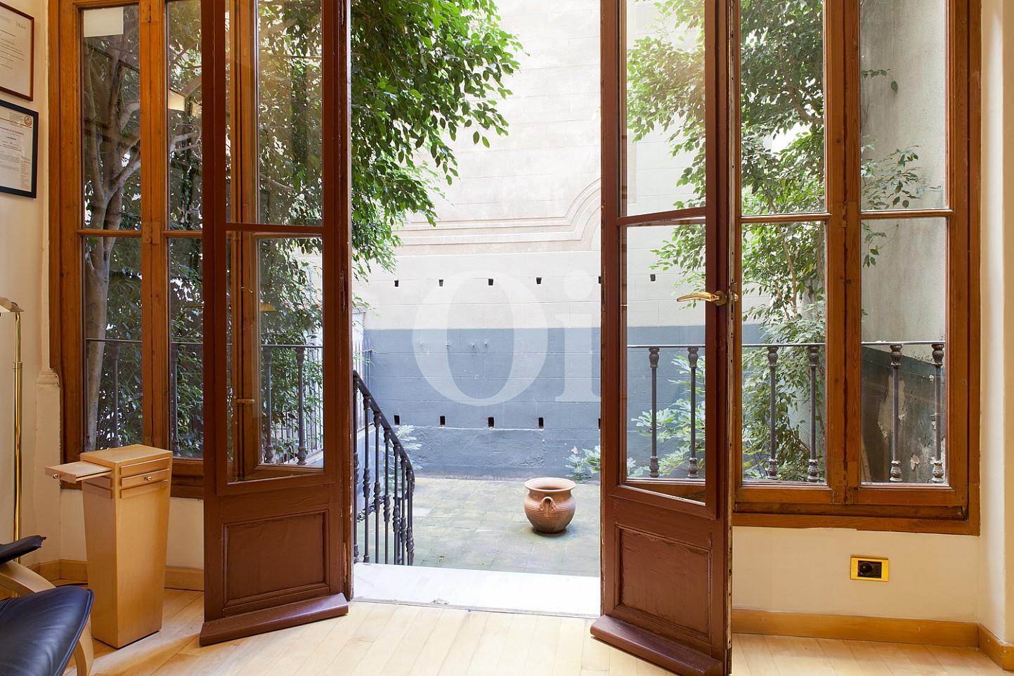 Accés a l'interior d'un pis en venda al barri Eixample Dreta de Barcelona