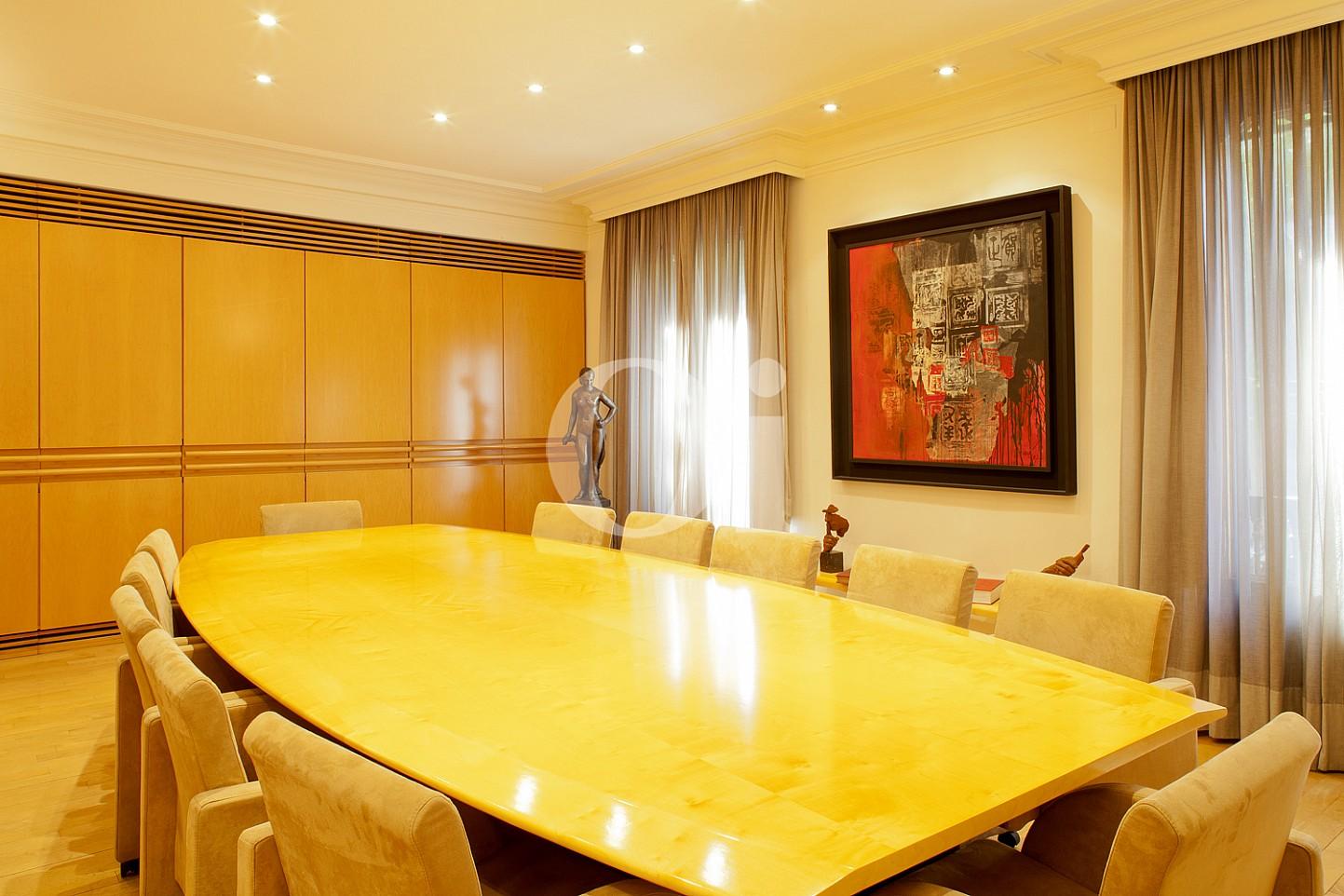 Gran sala de conferències d'un pis en venda al barri Eixample Dreta de Barcelona