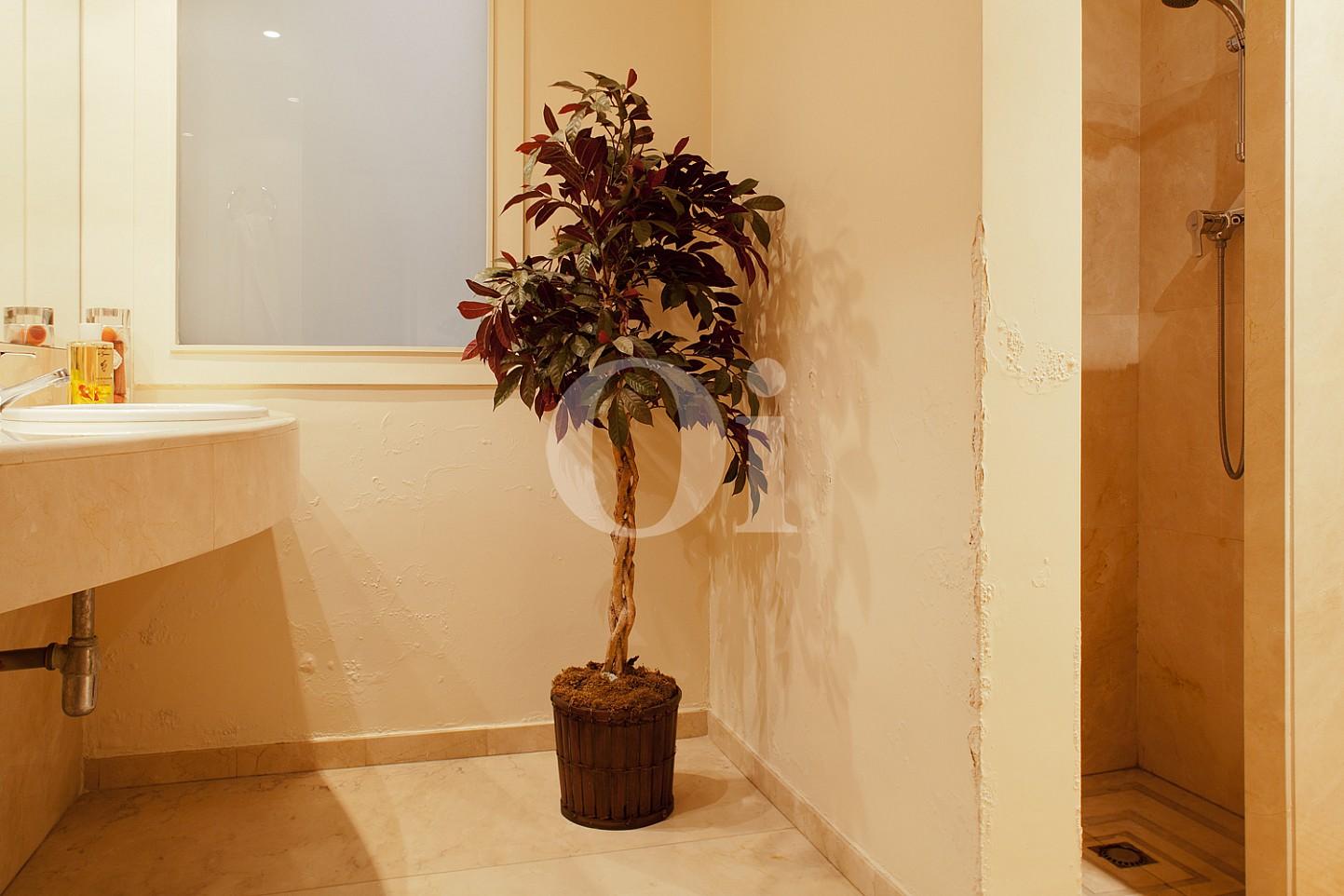 Badezimmer  einer Wohnung zum Verkauf im Viertel Eixample Derecho Barcelonas