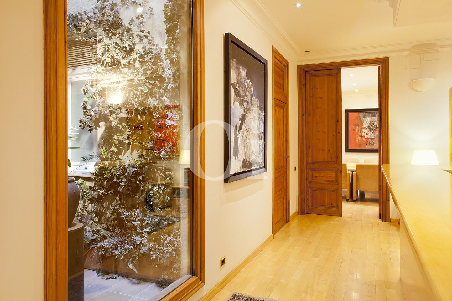 Accés a la sala de conferències d'un pis en venda al barri Eixample Dreta de Barcelona