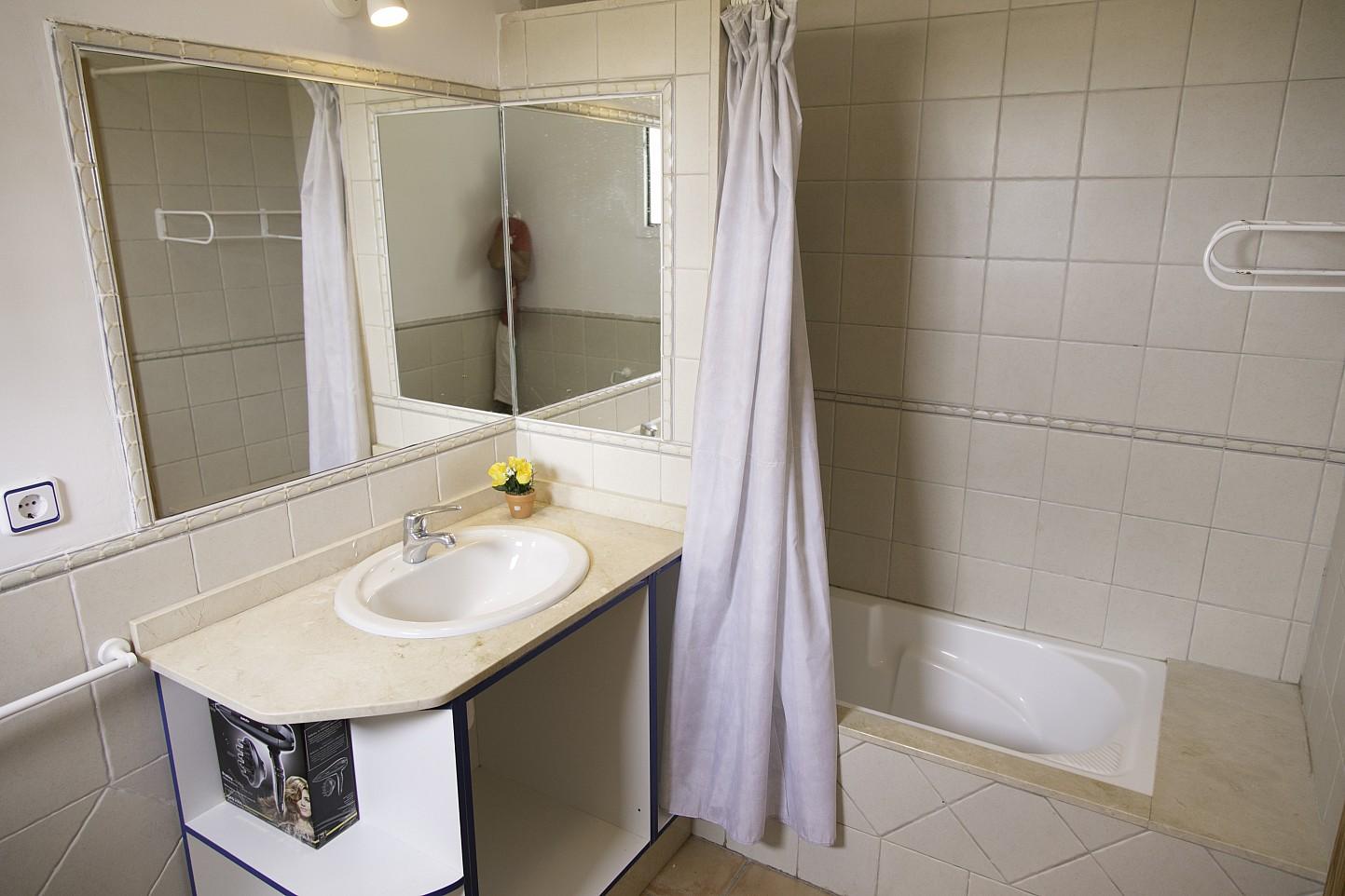 Baño con bañera de bonita casa en venta en Urb. Villas de Cala Romántica en Mallorca