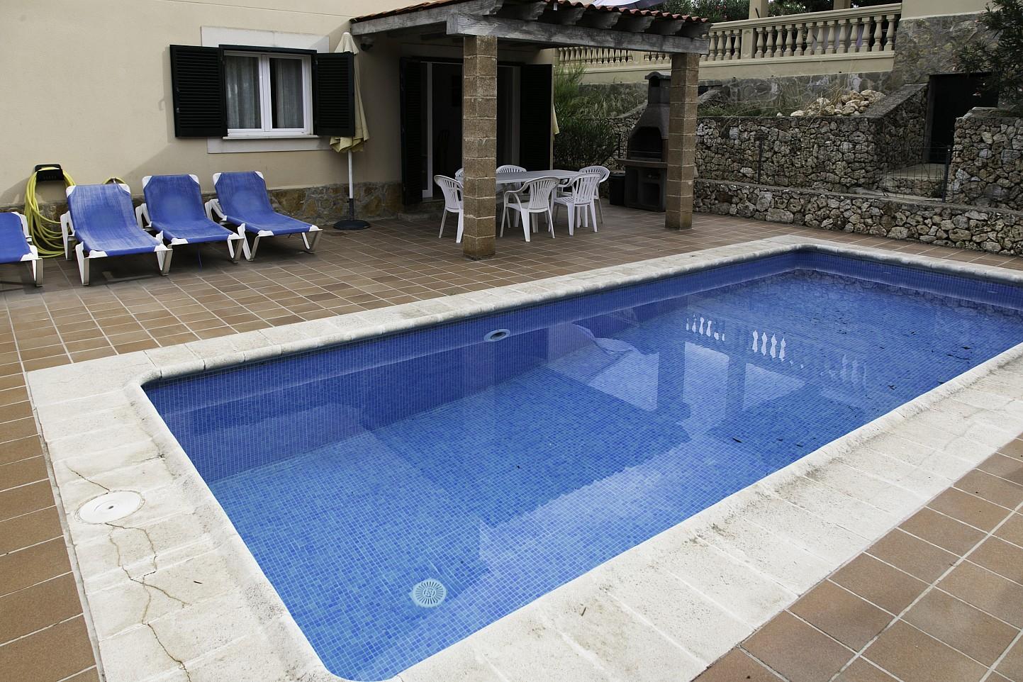 Piscina propia de bonita casa en venta en Urb. Villas de Cala Romántica en Mallorca
