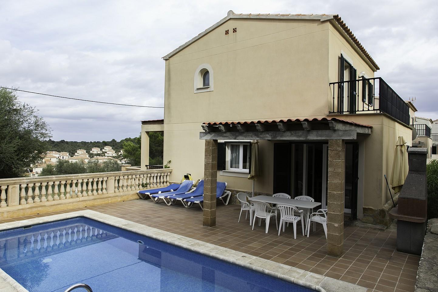 Piscina i porxo d'una casa en venda a Villas de Cala Romántica, Mallorca