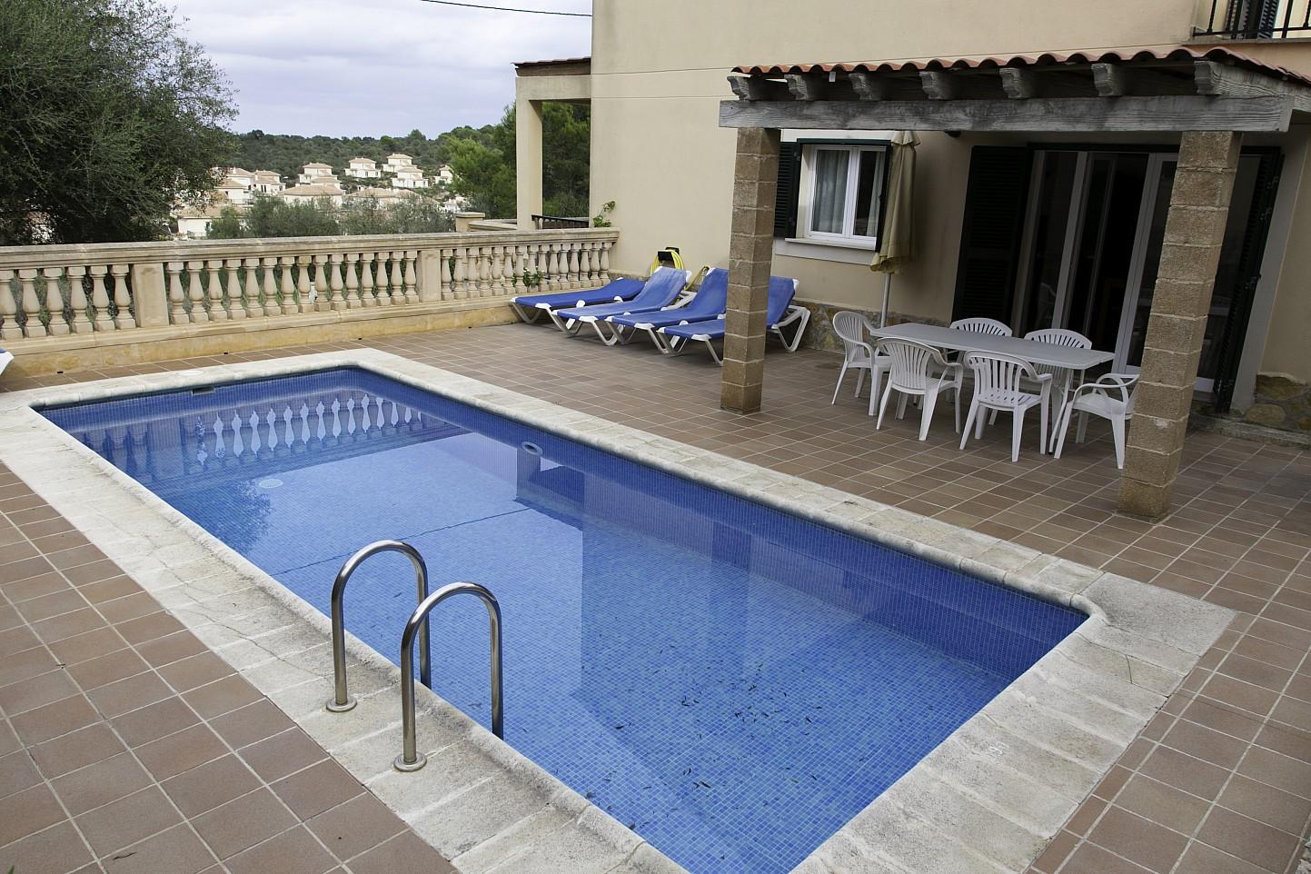 Piscina d'una casa en venda a Villas de Cala Romántica, Mallorca