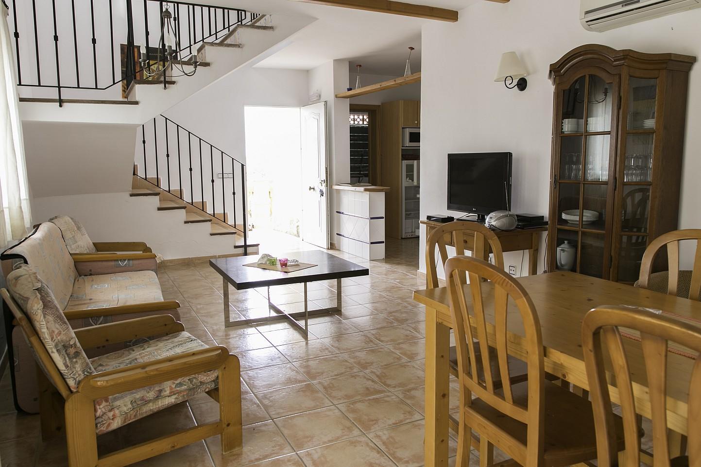 Esszimmer und Treppen zum oberen Stock eines Hauses zum Verkauf in Villas de Cala Romántica, Mallorca
