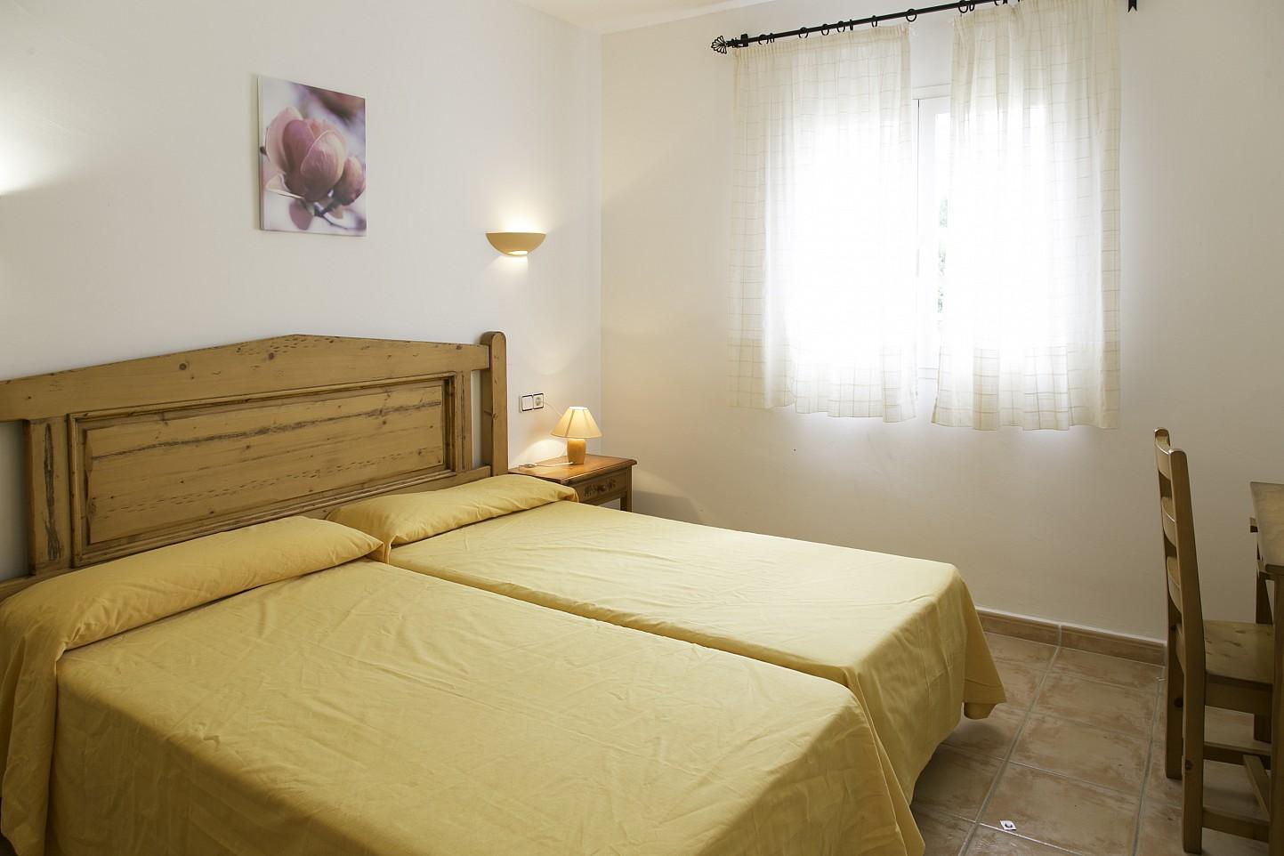 Dormitorio con dos camas de bonita casa en venta en Urb. Villas de Cala Romántica en Mallorca