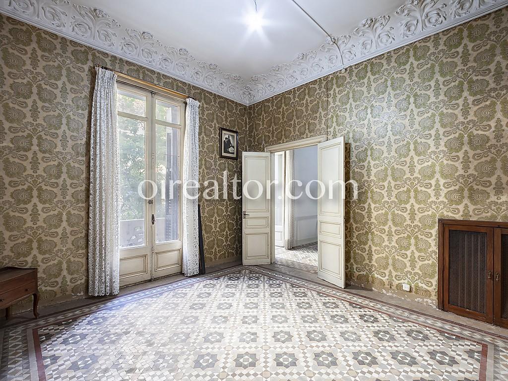 Квартира на продажу в Эшампле Деречо, Барселона Oi Realtor представляет эксклюзивную квартиру на продажу, находящуюся в здании с каталогизированным лифтом, в районе Эшампле Деречо, Барселона.