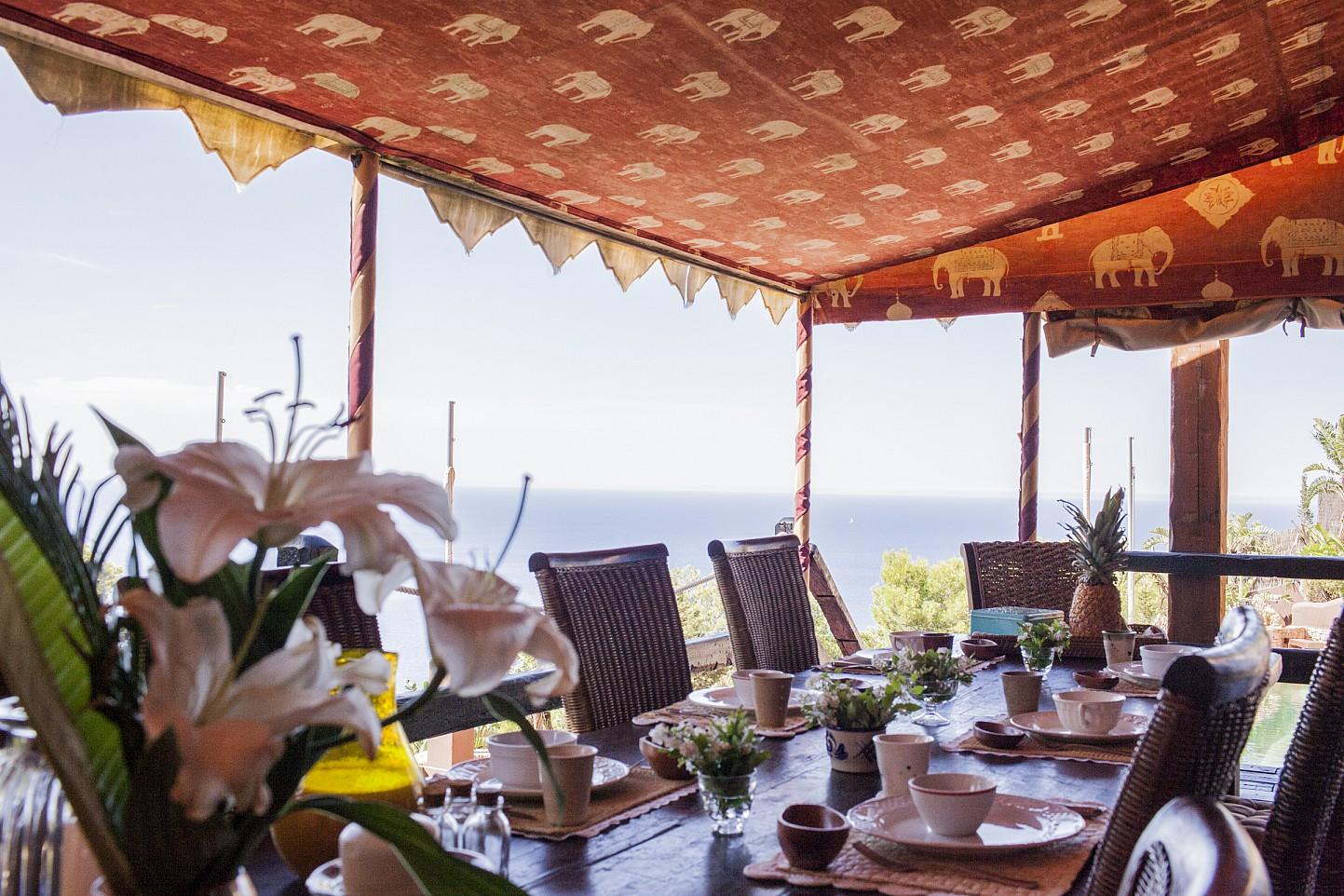 Comedor de verano de villa única de lujo en alquiler en Portixol, Ibiza
