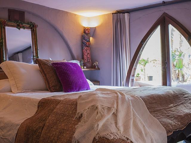Эффектная спальня виллы в аренду на Ибице