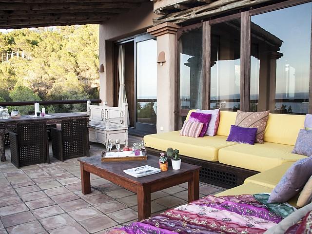 Comedor de verano de preciosa villa en alquiler con vistas panorámicas en San Miguel, Ibiza